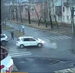 俄罗斯男子10秒内2次躲过死神 为什么会这样?